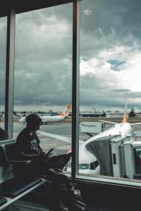 Flughafen Hacks - ein Mann wartet am Gate
