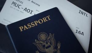 Flughafen Hacks - Reisepass mit Flugticket