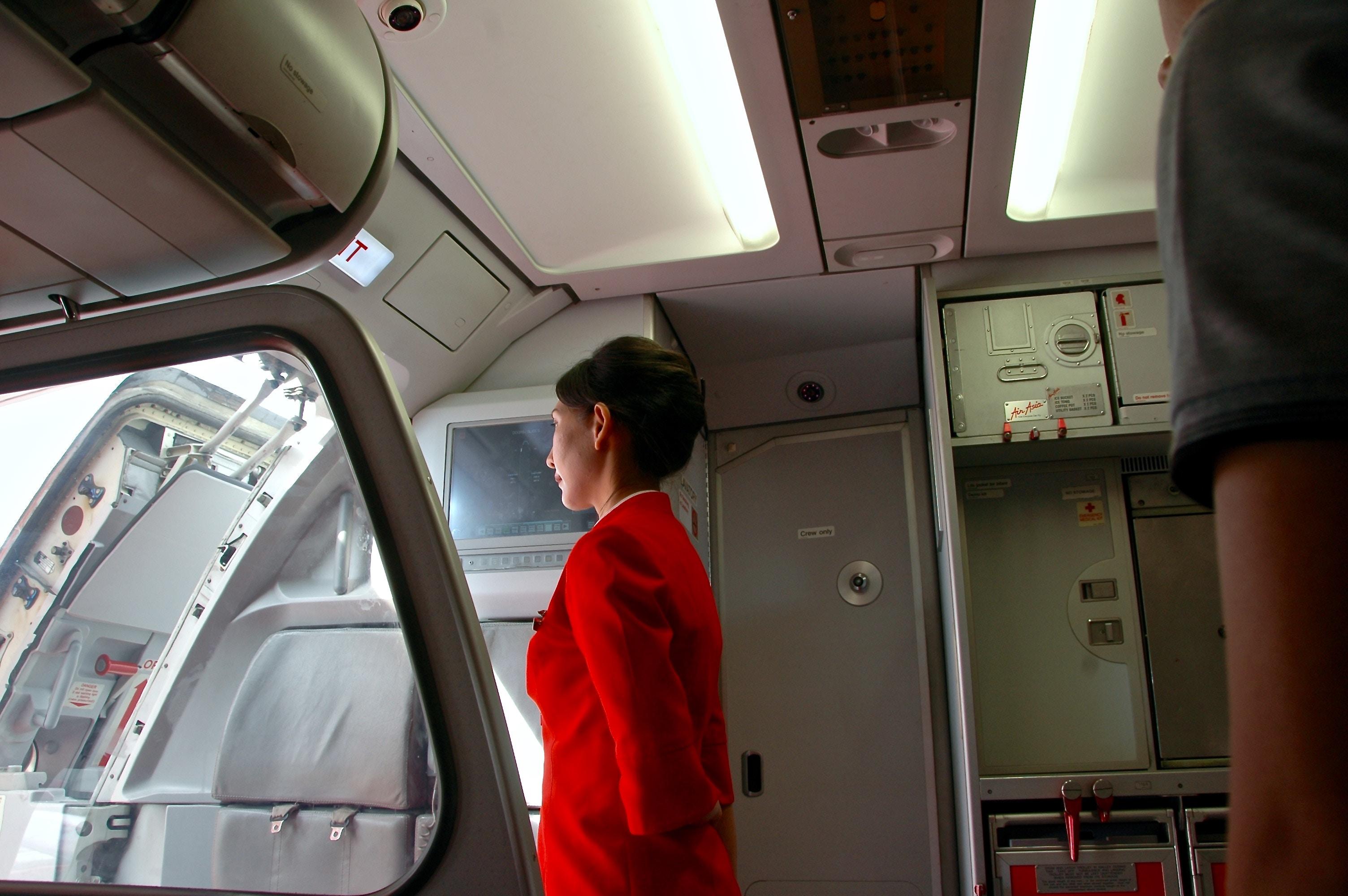 Flugbegleiter Klischees : Die 9 beliebtesten Fragen